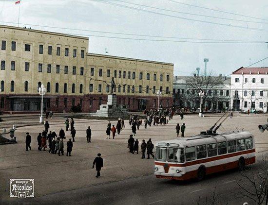 Троллейбус ЗИУ-5 на площади Кирова, 1970